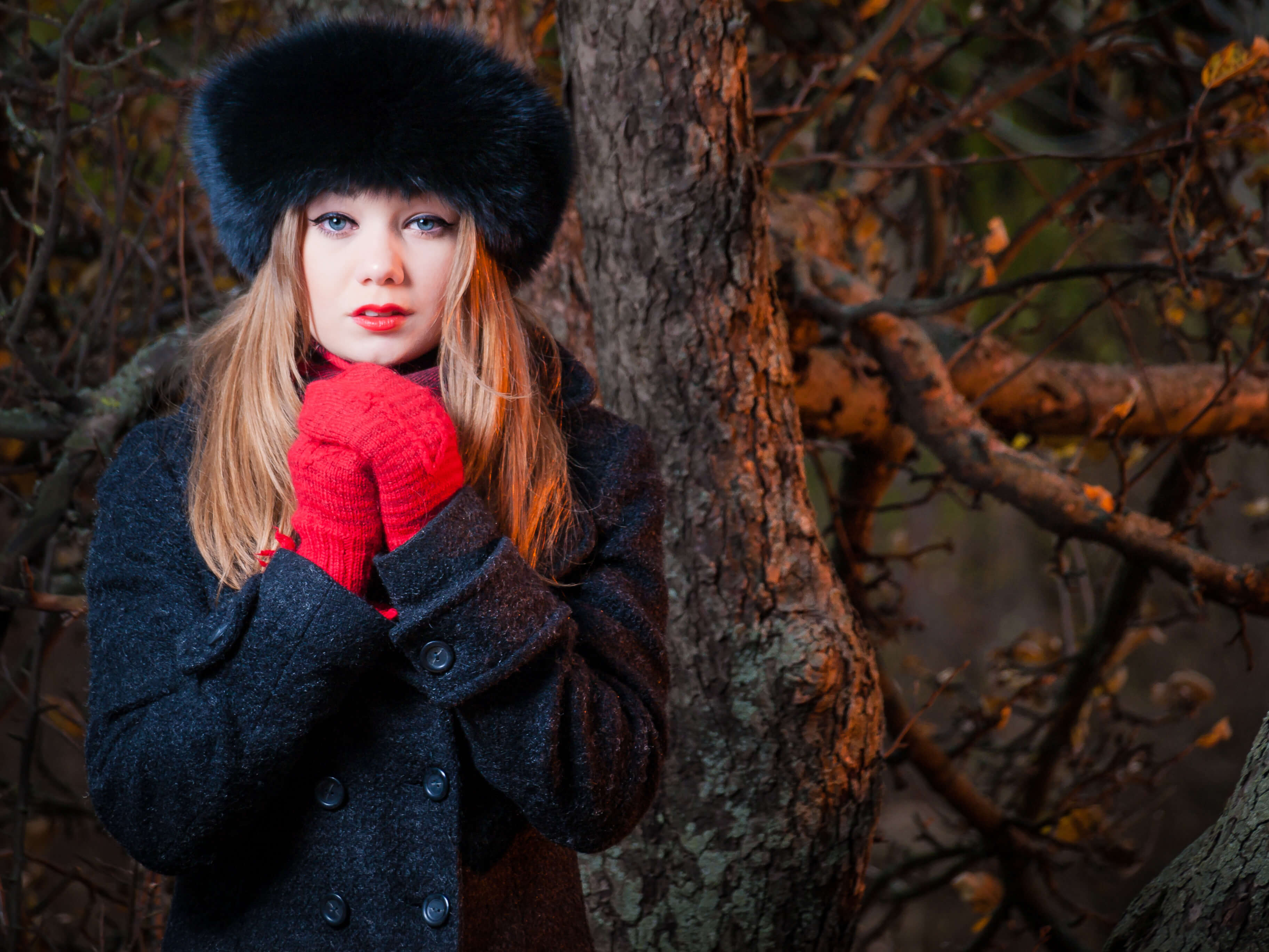 Commercial food photography of model girl in warm coat in the forest at sunset in a warm hat and a dark coat photo made by Fantastic Imago Branding, Advertising and Consulting Agency